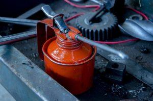 Öl für eine Säulenbohrmaschine